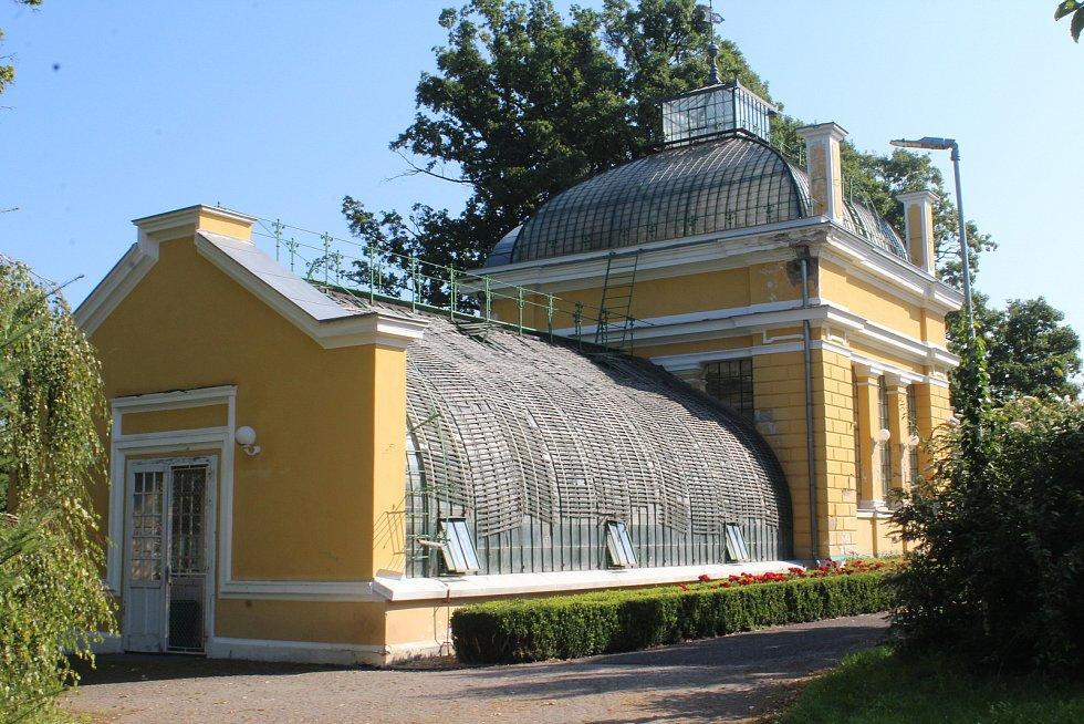 Areál zámeckého parku náleží k prostorám Střední zahradnické školy. Je ale volně přístupný a právě Pavilon palem určitě stojí za návštěvu.