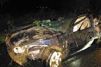 Auto skončilo na střeše v Podhorním Újezdu