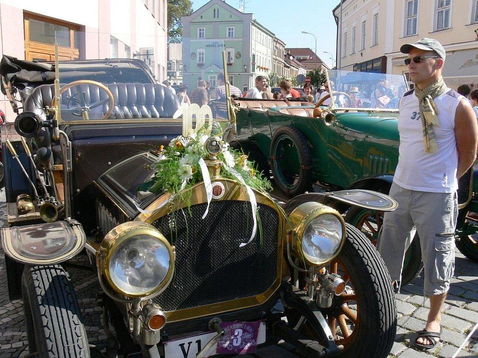 Historické dopravní prostředky v centru Jičína.