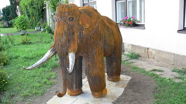 Mamut před Muzeem Eduarda Štorcha v Ostroměři.