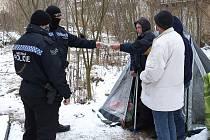 Plzenští strážníci pře pravidelné kontrole bezdomovců.