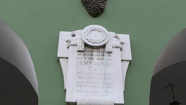 Pamětní deska Josefu Kajetánu Tylovi na domě U zlatého hroznu na jičínském Valdštejnově náměstí.