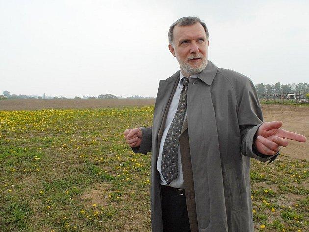 Hořický místostarosta Jaroslav Vácha u pozemků určených k výstavbě.