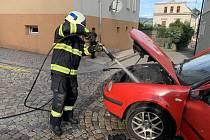 Oheň napáchal na autě škodu za 20 tisíc korun
