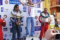 Na nejvyšším stupni vítězný Rus Makarov. V modré kombinéze se stříbrným  věncem a pohárem  Václav Fejfar.