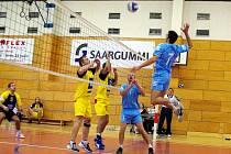 Volejbalisté Hronova (v útoku) předvedli proti Havlíčkovu Brodu dva diametrálně odlišné výkony.