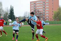 FOTBALISTÉ Jičína si připsali cenné tři body v duelu s Provodovem. Na snímku v akrobatické pozici Tomáš Haken, střelec první branky Jičína v utkání.