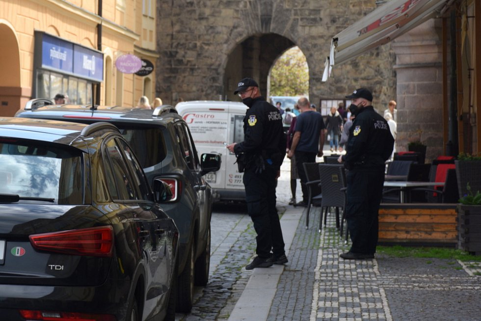 Problémy s nedostatkem parkovacích míst řešili v pátek strážníci. Zatím jen napomínali.