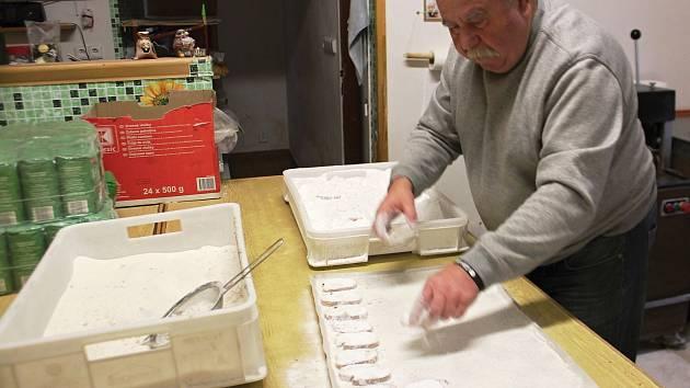 Ladislav Kodejška je pokračovatelem tradice výroby lomnických sucharů, o jejich expozici v lomnickém muzeu se zasloužil Vojtěch Drahoňovský.
