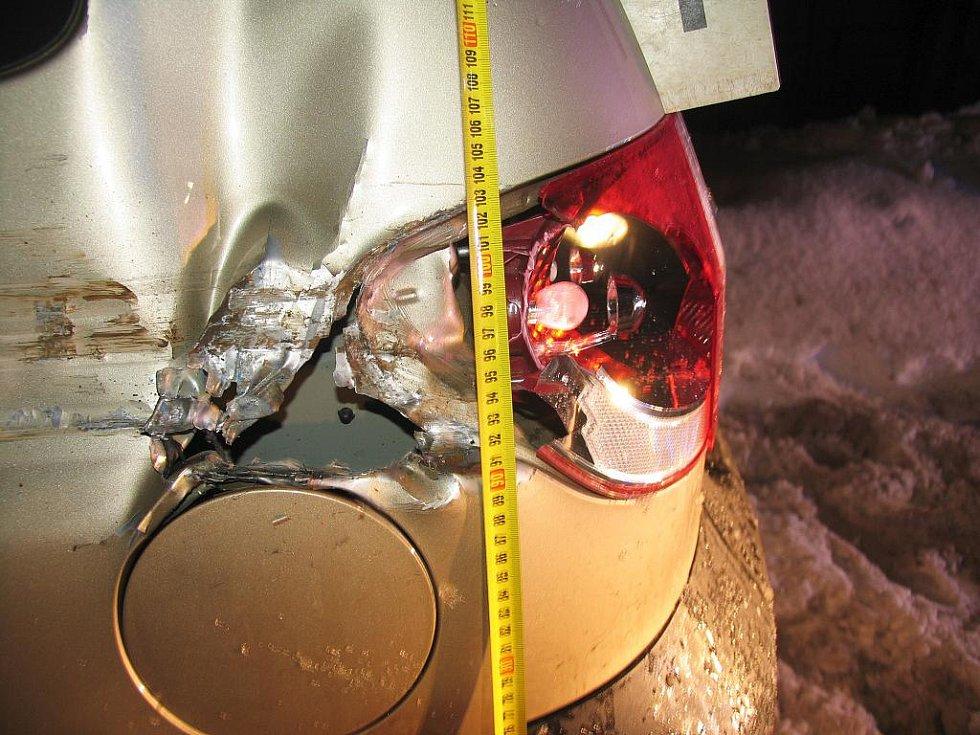 Poškozený automobil v jičínské ulici Sv. Čecha.