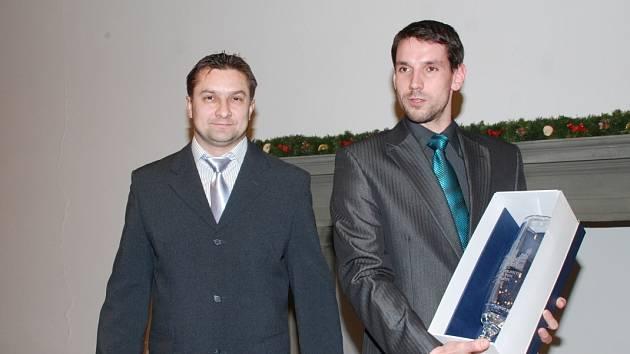 KRÁSNÝ POHÁR pro nejúspěšnější kolektiv dospělých převzali házenkáři HBC Ronal Jičín. Vlevo trenér Aleš Babák, společně s kapitánem Martinem Barešem. Zaslouženě putoval do rukou mistra České republiky, nejhodnotnější výsledek roku 2013.
