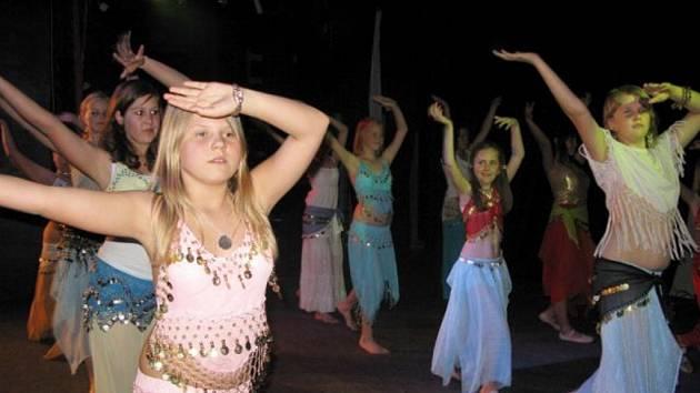 Malé orientální tanečnice  navštěvující jičínský K–klub.