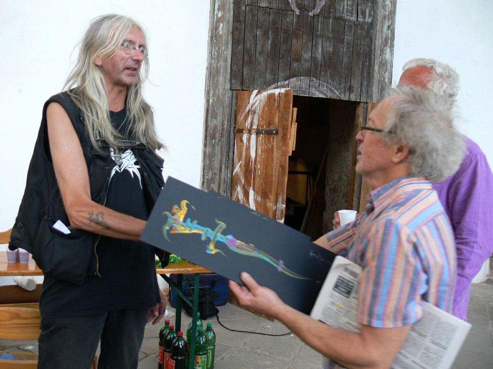 Michail Ščigol s obrazy Boba Hochmana.