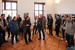 Prostory zámku ve Sloupně zaplnily fotografie. Vernisáž výstavy se vydařila.