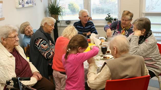 Předvánoční společné tvoření bavilo děti i staroušky.