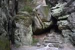 Návštěvníci vyrazili do Prachovských skal, využili poslední možnosti víkendového výletu do přírody před pondělním omezením pohybu. Všechna parkoviště byla zaplněna, návštěvníci skal se k sobě ale chovali ohleduplně.