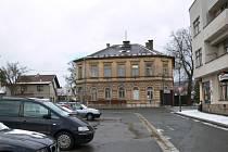 Budova v majetku města na náměstí, kde by po rekonstrukci mohla sídlit bělohradská radnice.