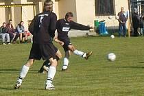 V Libuni se představil podzimní vítěz okresního přeboru, rezerva FK Lázně Bělohrad–Pecka, (v černém) a nezaváhal.