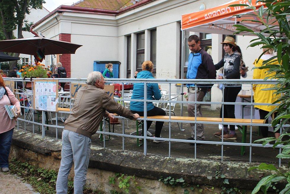 Na kávu do kavárny organizace Apropo se stavil i jičínský starosta Jan Malý.
