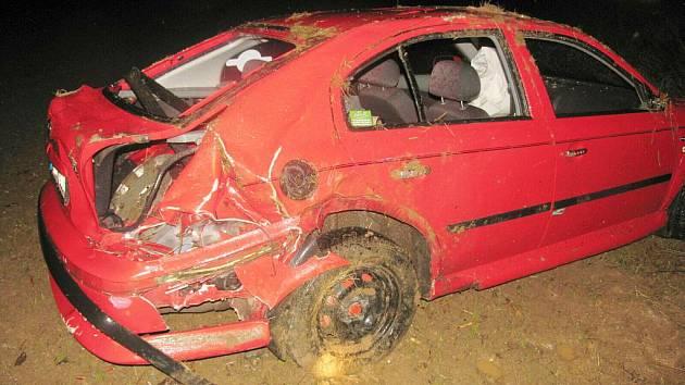 Řidička najela na nezpevněnou krajnici a havarovala. K nehodě došlo v úterý na silnici ve směru od Lázní Bělohrad na Hořice.