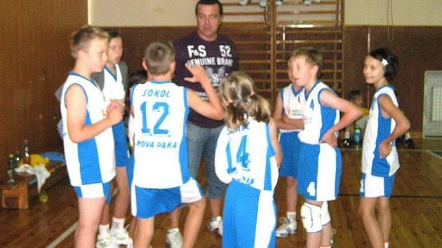 Mladý novopacký basketbalový tým.