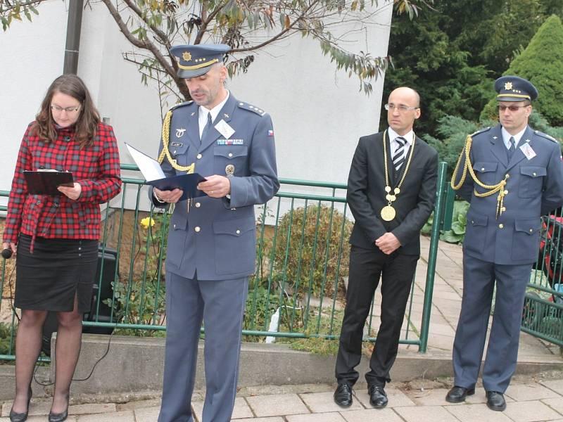 Uctění památky letce Otakara Hrubého v Nové Pace.