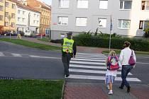 Policisté na přechodech pro chodce.