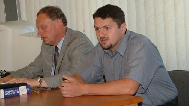 Marek Vraštil (vpravo) u Okresního soudu v Jičíně v květnu 2004 se svým obhájcem JUDr. Janem Malým.