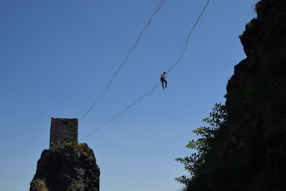 Přechod mezi hradními věžemi není aktivitou pro ty, kterým se z výšek snadno zatočí hlava.