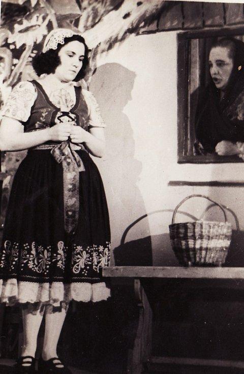 Z opery V studni, na snímku Martina Formanová a Zdena Siegelová.
