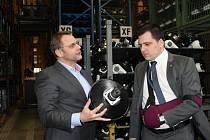 Europoslanec Tomáš Zdechovský (vpravo) v jičínské firmě CS Cargo.