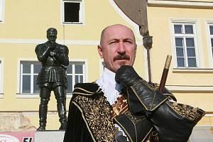 Potkejte se se samotným Albrechtem z Valdštejna na nádvoří jičínského zámku.