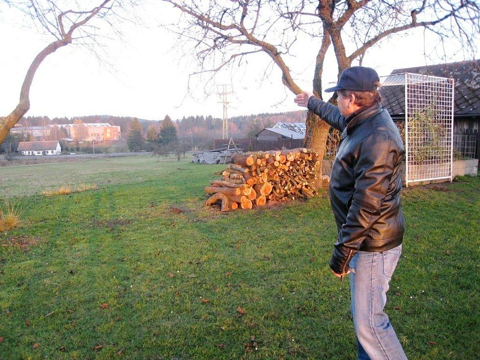 JAROSLAV VORÁČEK nám ukazuje trasu, kudy povede obchvat Nové Paky, který spolkne i část jeho zahrady.