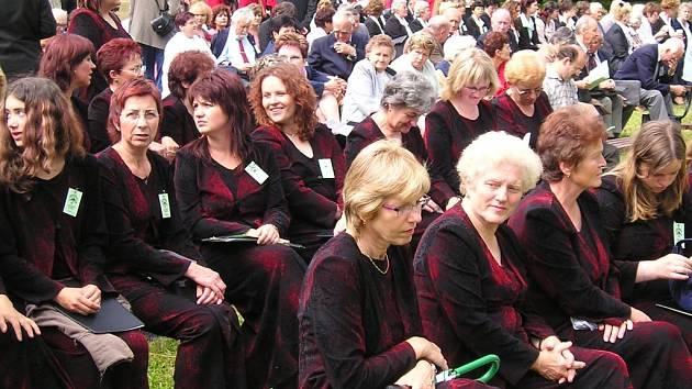 Osenický přírodní amfiteátr při slavnostech sborového zpěvu.