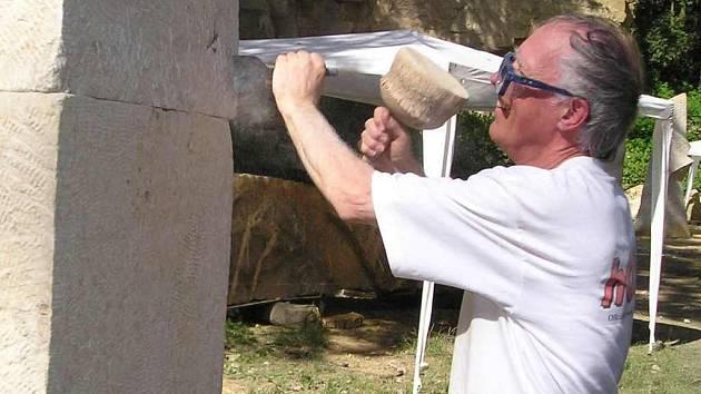 Sochaři během Hořického sympozia vždy tvoří s lomu sv. Josefa nad městem.