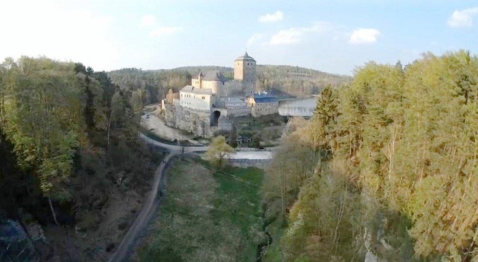 Hrad Kost od údolí Plakánek.