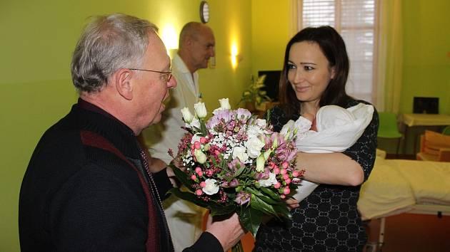 Malou Aničku a její maminku navštívil v porodnici starosta města Jan Malý.