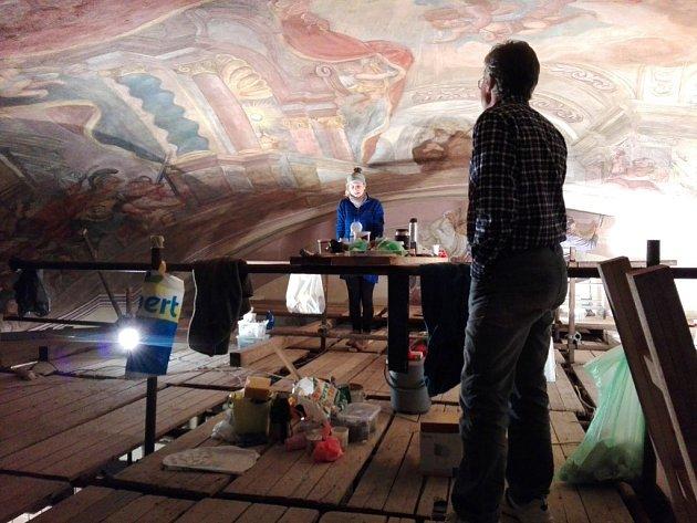 Restaurátor Pavel Padevět s kolegyní v klenbě novopackého skvostu.