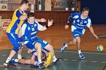 Boj o míč - vlevo Daniel Fiedor, v modrém dresu jičínský hráč Jan Vtípil a na zemi nejlepší střelec hostů Radim Kulhánek.