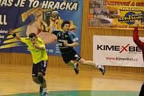 Michal Kvasnička (v modrém) přispěl k nedělnímu vítězství Jičína třemi pěknými brankami.