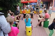 Slavnosti slunovratu na novopackém náměstí a vítání léta v domě dětí a mládeže Stonožka v Nové Pace.