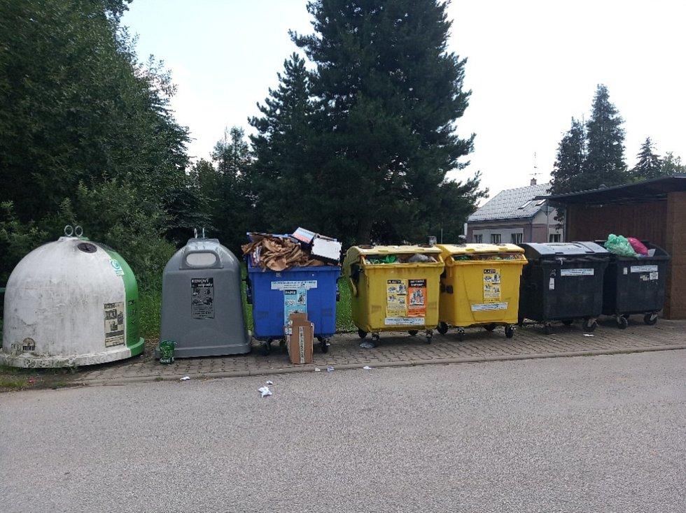 Ostudy Lázní Bělohrad, přeplněné popelnice na Horní Nové Vsi.