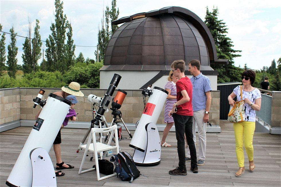 Na střeše hvězdárny se sešla hrstka astronomických nadšenců k pozorování prvního zatmění Slunce po šesti letech.