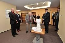 Prezident Zeman s plastikou z hořické sochařské školy.