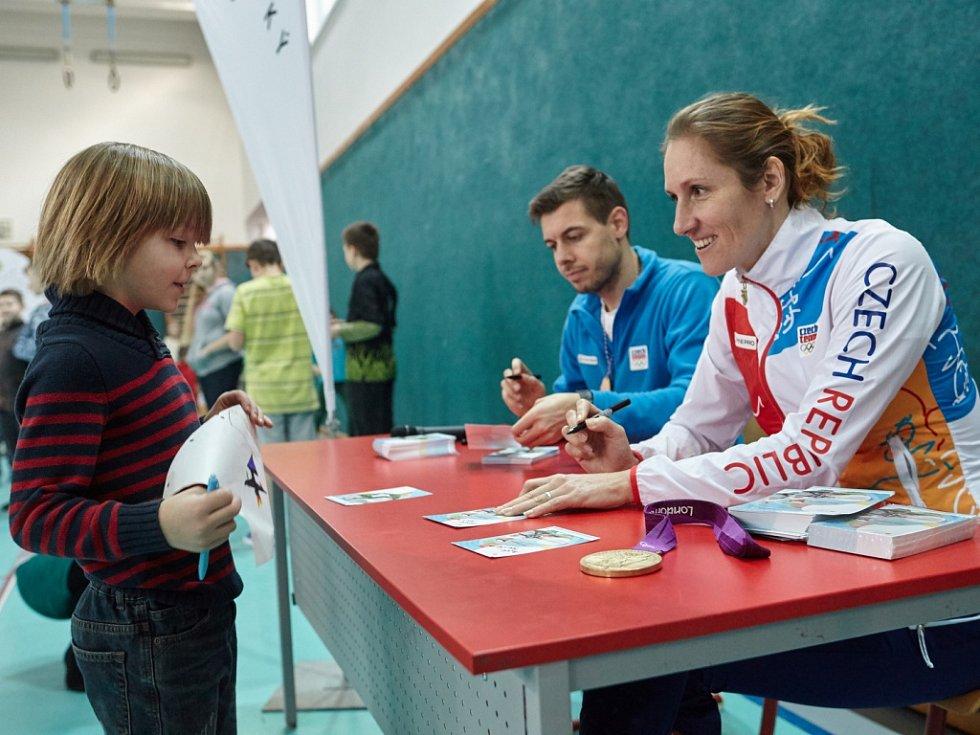 Sobotečtí školáci s olympijskou šampionkou Topinkovou-Knapkovou.