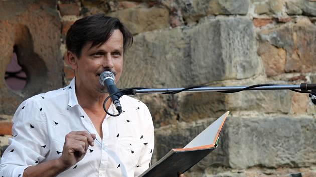 Michal Malátný ve farské zahradě.