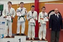 MEDAILISTÉ starších žáků váhy do 46 kg. Druhé místo Jakub Šimek, třetí (druhý zprava) Patrik Svoboda.