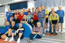 Společný snímek účastníků kuželkářského turnaje Rumcajsova 60.