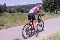 ELIŠKA PETERKOVÁ na cyklistické stezce v okolí Ústí nad Orlicí, kam se přesunula po sedmém závodě v Hradci Králové, kde drží průběžnou první pozici.