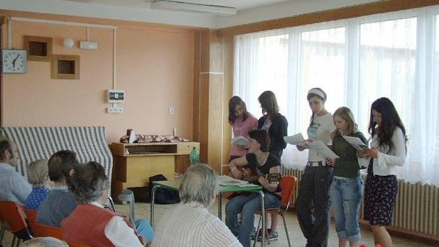 Z oslavy Svátku matek v domově důchodců.